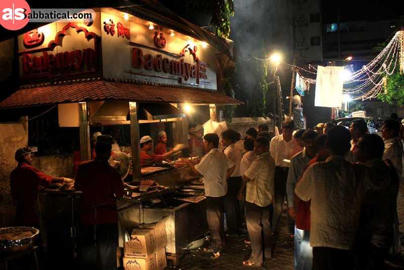 At night, the Mumbai street food scene is even more vibrant!